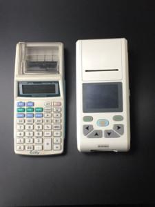 Le dimensioni ridotte dell'ecg 90A con stampante termica integrata. Grande quanto una calcolatrice scientifica