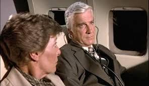 leslie nielsen ne l'aereo più pazzo del mondo con uno stetoscopio
